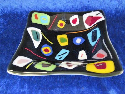 Schaal zwart met veel gekleurde vormen