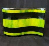 Schaal-gegolfd-met-zwarte-en-groene-strepen