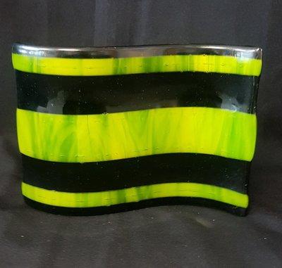 Schaal gegolfd met zwarte en groene strepen