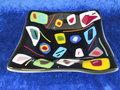Schaal-zwart-met-veel-gekleurde-vormen